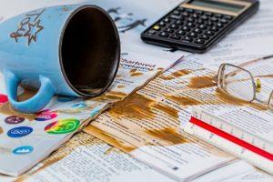 飲み物を書類にこぼす