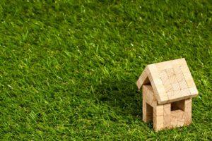 芝生の上の家の模型